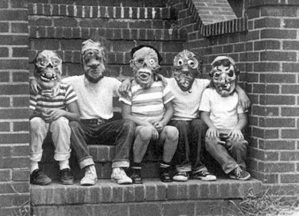 creepy-retro-halloween-costumes-28