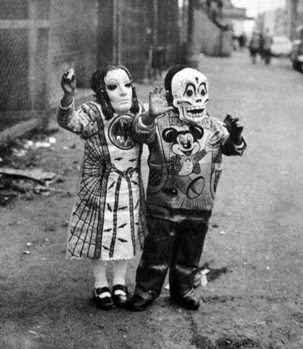creepy-retro-halloween-costumes-29