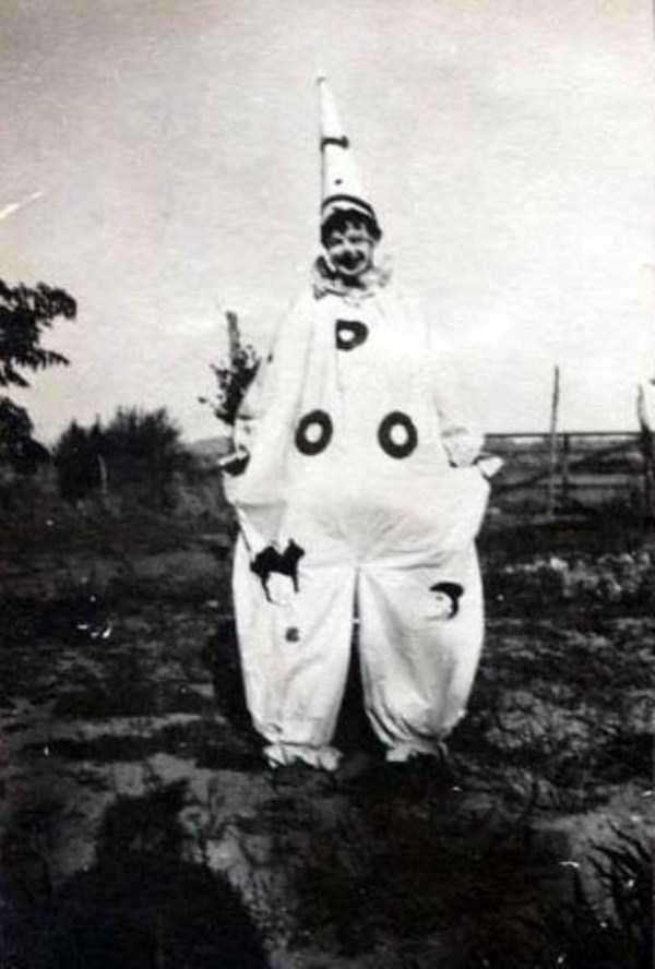 creepy-retro-halloween-costumes-3