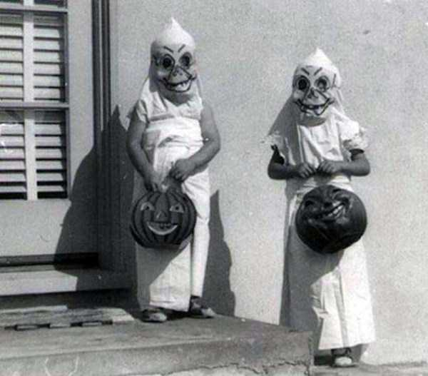 creepy-retro-halloween-costumes-30