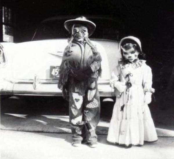 creepy-retro-halloween-costumes-4