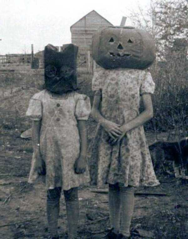 creepy-retro-halloween-costumes-5