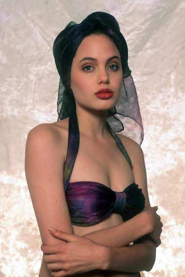 young-sexy-angelina-jo... Angelina Jolie