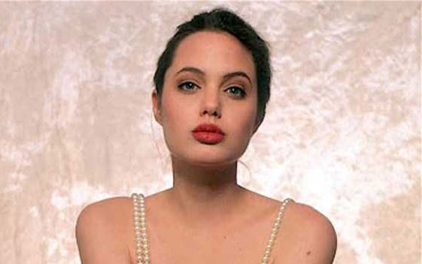 young-sexy-angelina-jolie-(34)