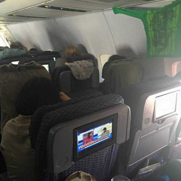 awful-things-people-do-on-planes (10)