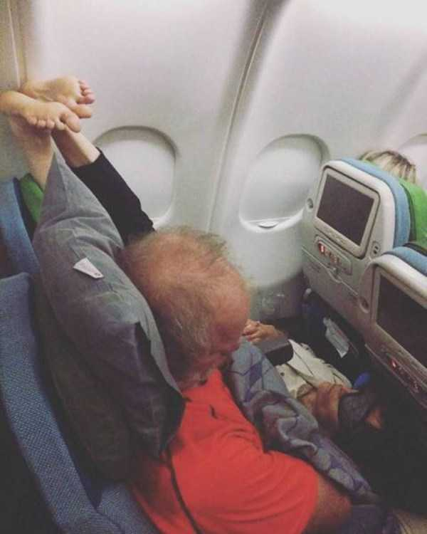 awful-things-people-do-on-planes (11)