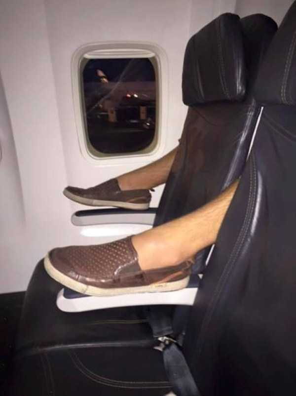 awful-things-people-do-on-planes (12)