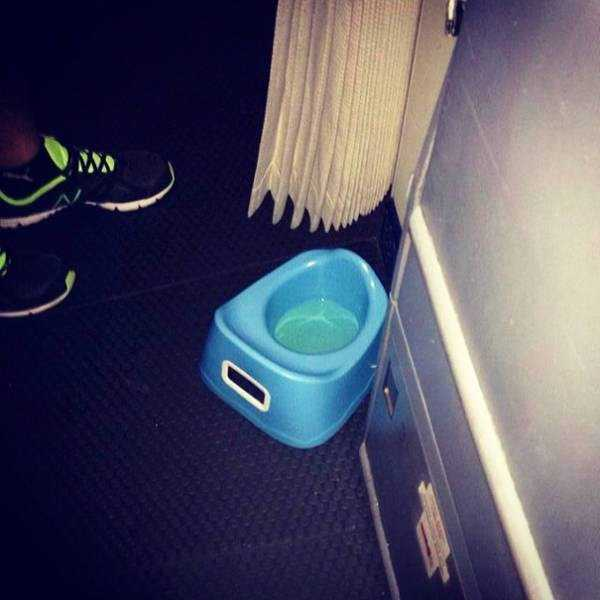 awful-things-people-do-on-planes (14)