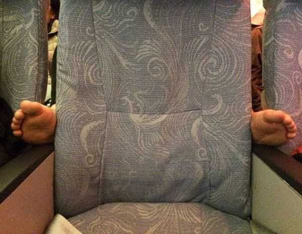 awful-things-people-do-on-planes (18)