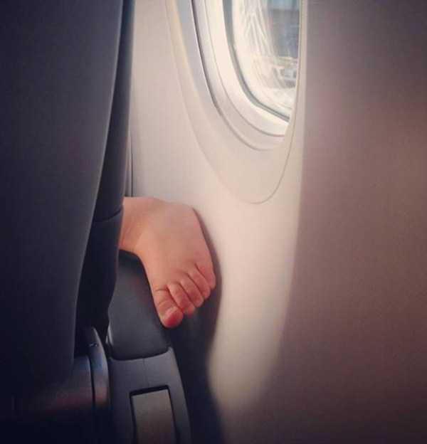 awful-things-people-do-on-planes (19)