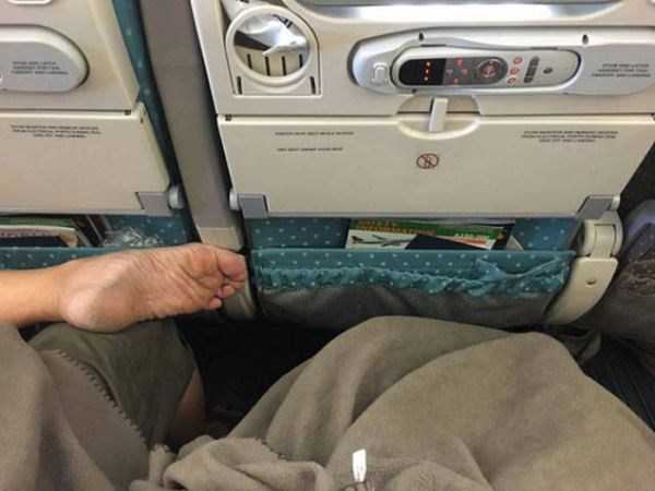 awful-things-people-do-on-planes (20)