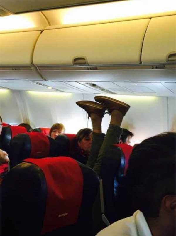 awful-things-people-do-on-planes (24)