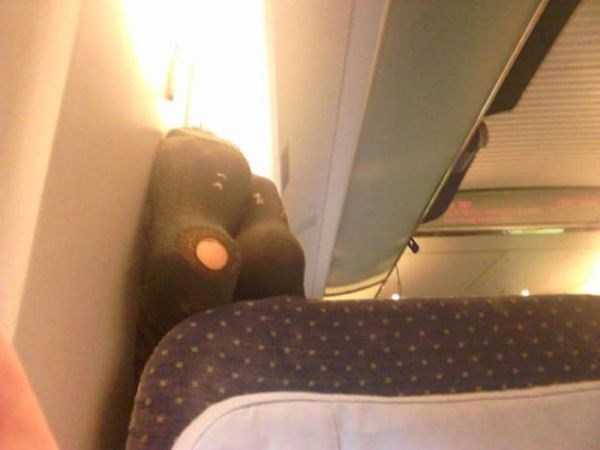 awful-things-people-do-on-planes (4)