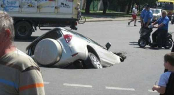 cars-in-bizarre-places (34)