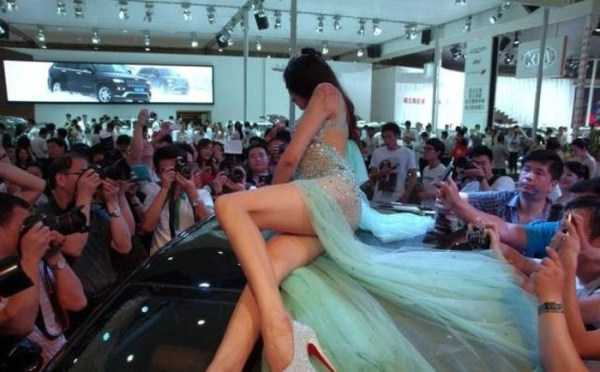 sexy-girls-car-show (18)