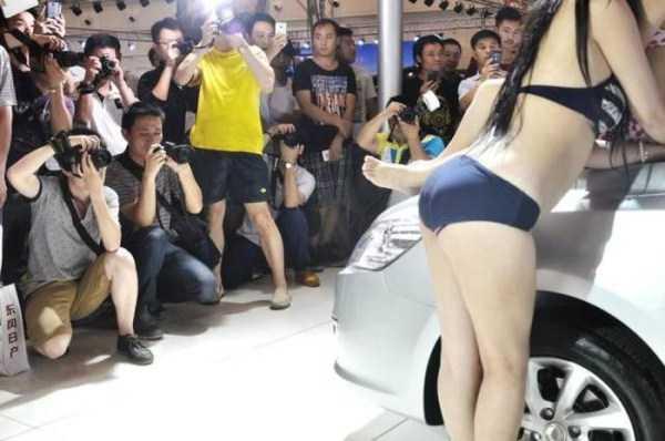 sexy-girls-car-show (24)