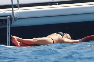pamela-anderson-bikini-photos (11)