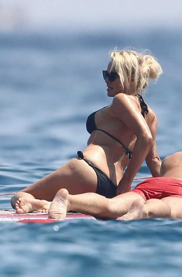 pamela-anderson-bikini-photos (16)