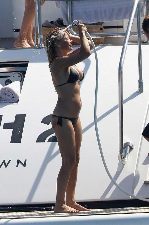 pamela-anderson-bikini-photos (18)