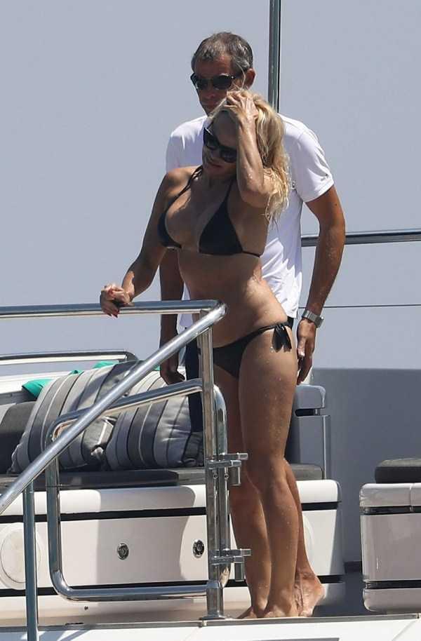 pamela-anderson-bikini-photos (23)