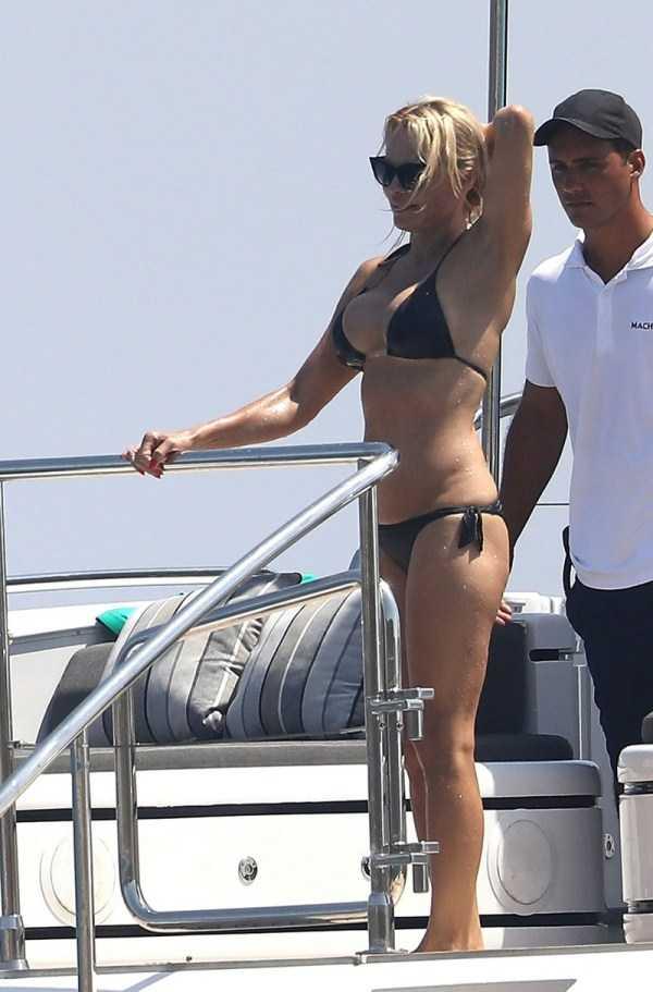 pamela-anderson-bikini-photos (26)