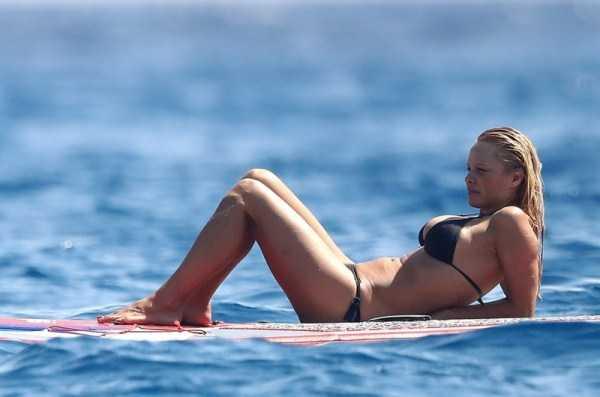 pamela-anderson-bikini-photos (4)
