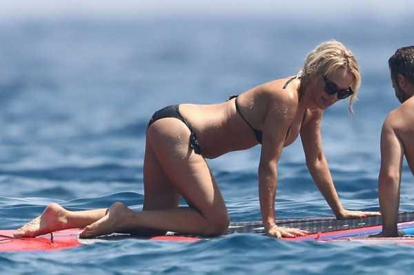 pamela-anderson-bikini-photos (8)
