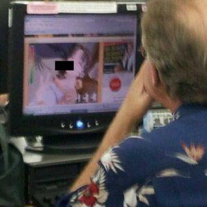 watching-porn-in-public (15)