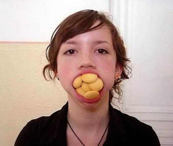 women-putting-stuff-mouth (23)