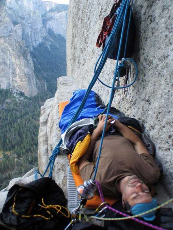 climbers-hanging-tents (1)
