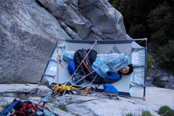 climbers-hanging-tents (10)