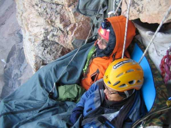 climbers-hanging-tents (12)