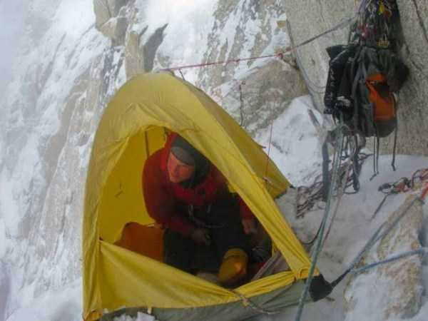 climbers-hanging-tents (13)
