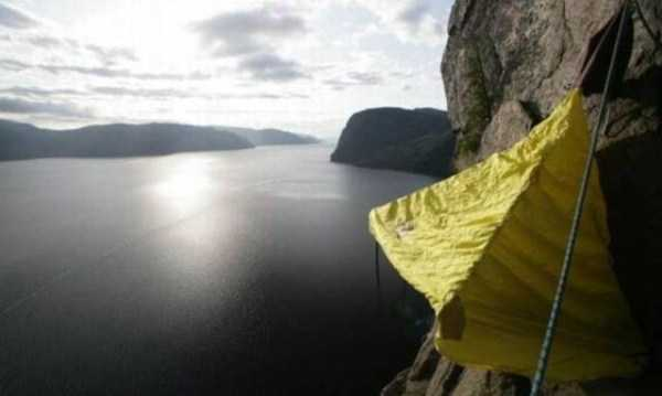 climbers-hanging-tents (17)