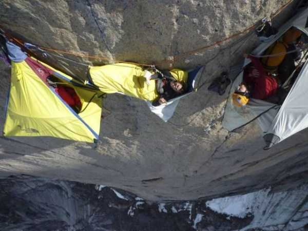 climbers-hanging-tents (18)