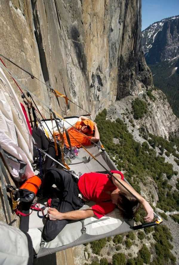 climbers-hanging-tents (2)