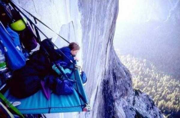 climbers-hanging-tents (20)