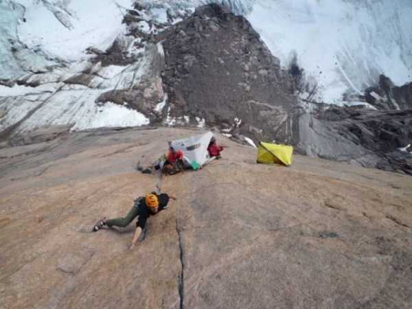 climbers-hanging-tents (21)