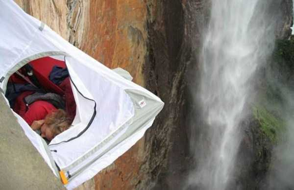 climbers-hanging-tents (23)