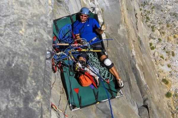 climbers-hanging-tents (26)