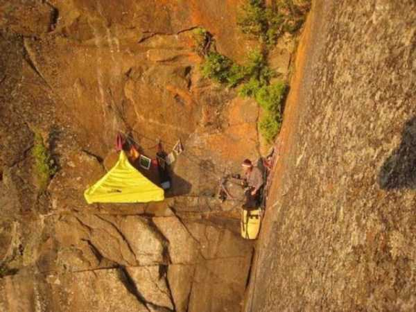 climbers-hanging-tents (29)