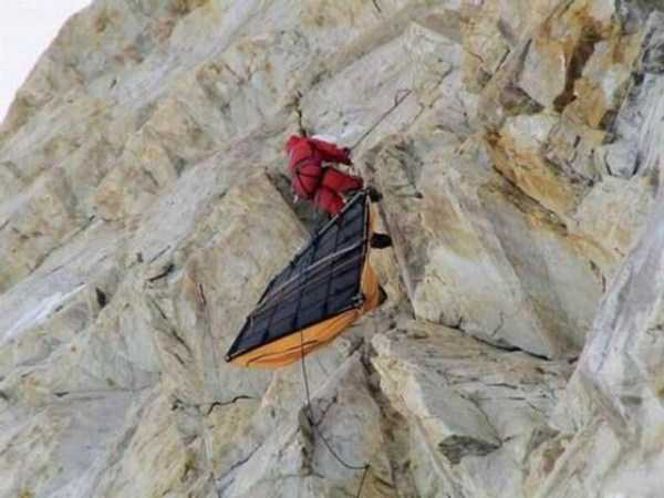 climbers-hanging-tents (30)