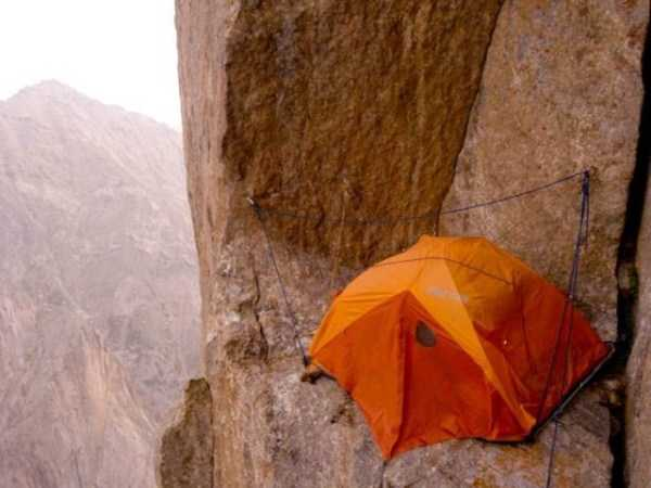 climbers-hanging-tents (33)