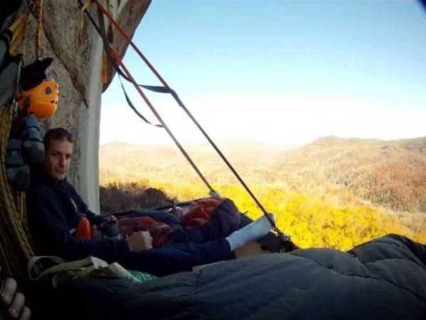 climbers-hanging-tents (34)