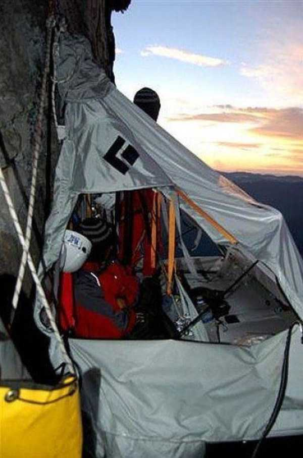 climbers-hanging-tents (38)