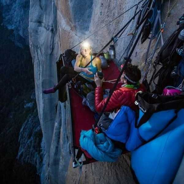 climbers-hanging-tents (5)