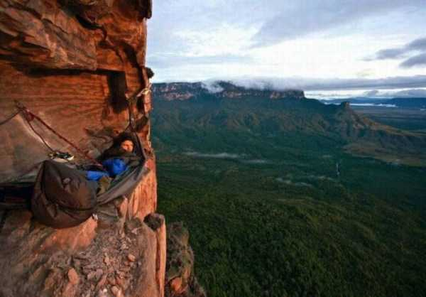climbers-hanging-tents (8)