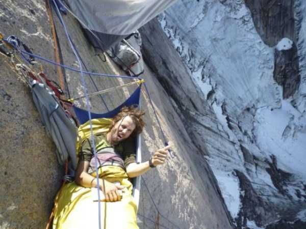 climbers-hanging-tents (9)