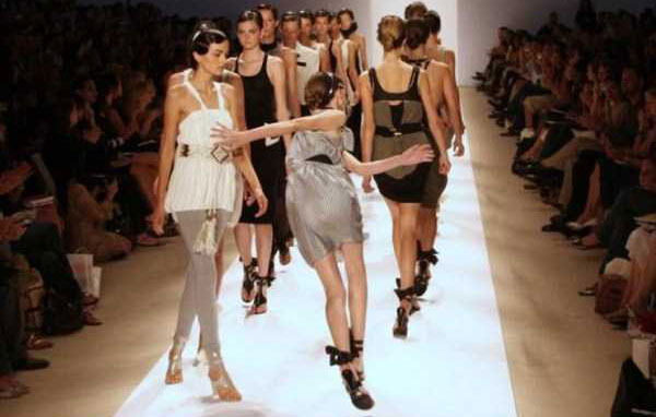 models-catwalk-fails-(41)