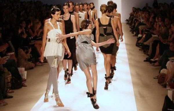 models-catwalk-fails-(41)